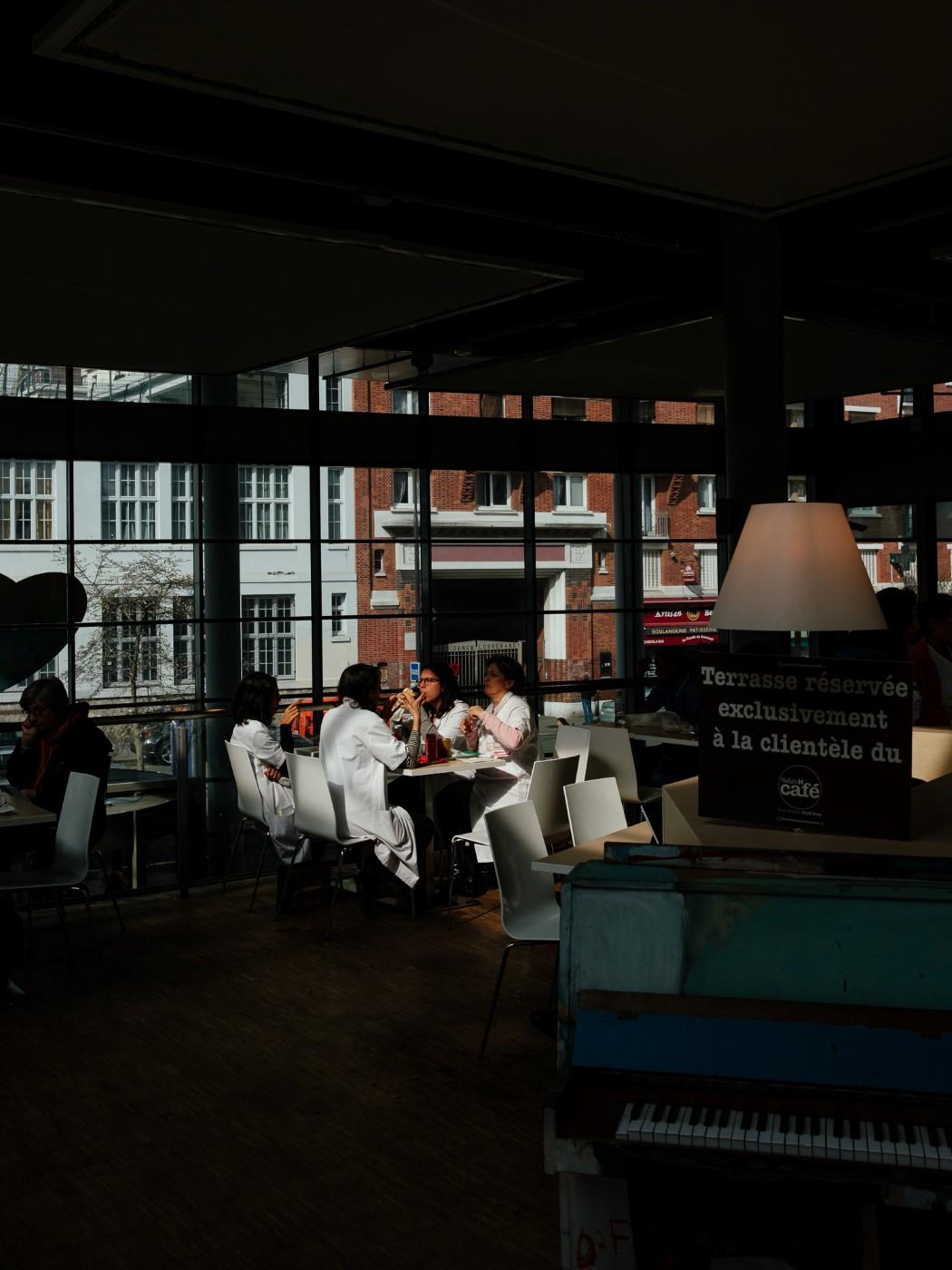 Groupe de docteurs éclairé par un rayon de soleil dans la cafèt de l'hôpital