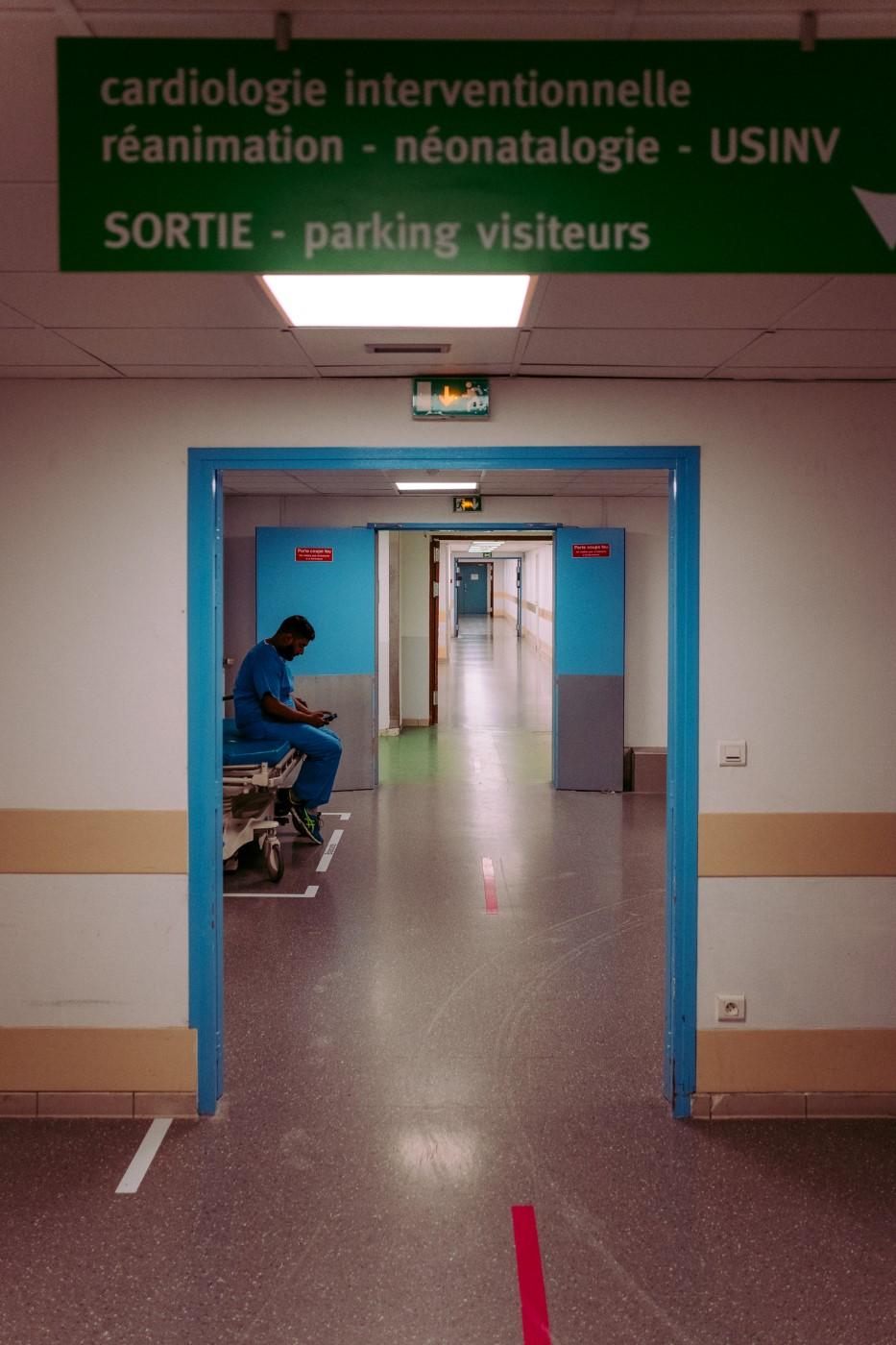 Pause-téléphone d'un infirmier
