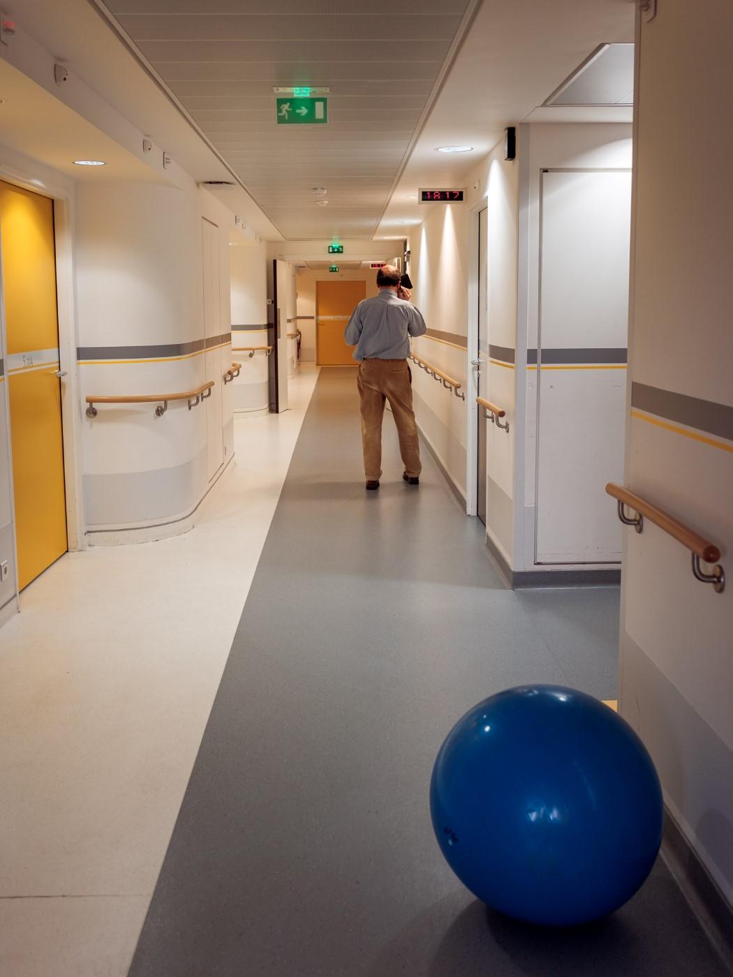 Père passant des coups de fil « important » dans un couloir de la maternité