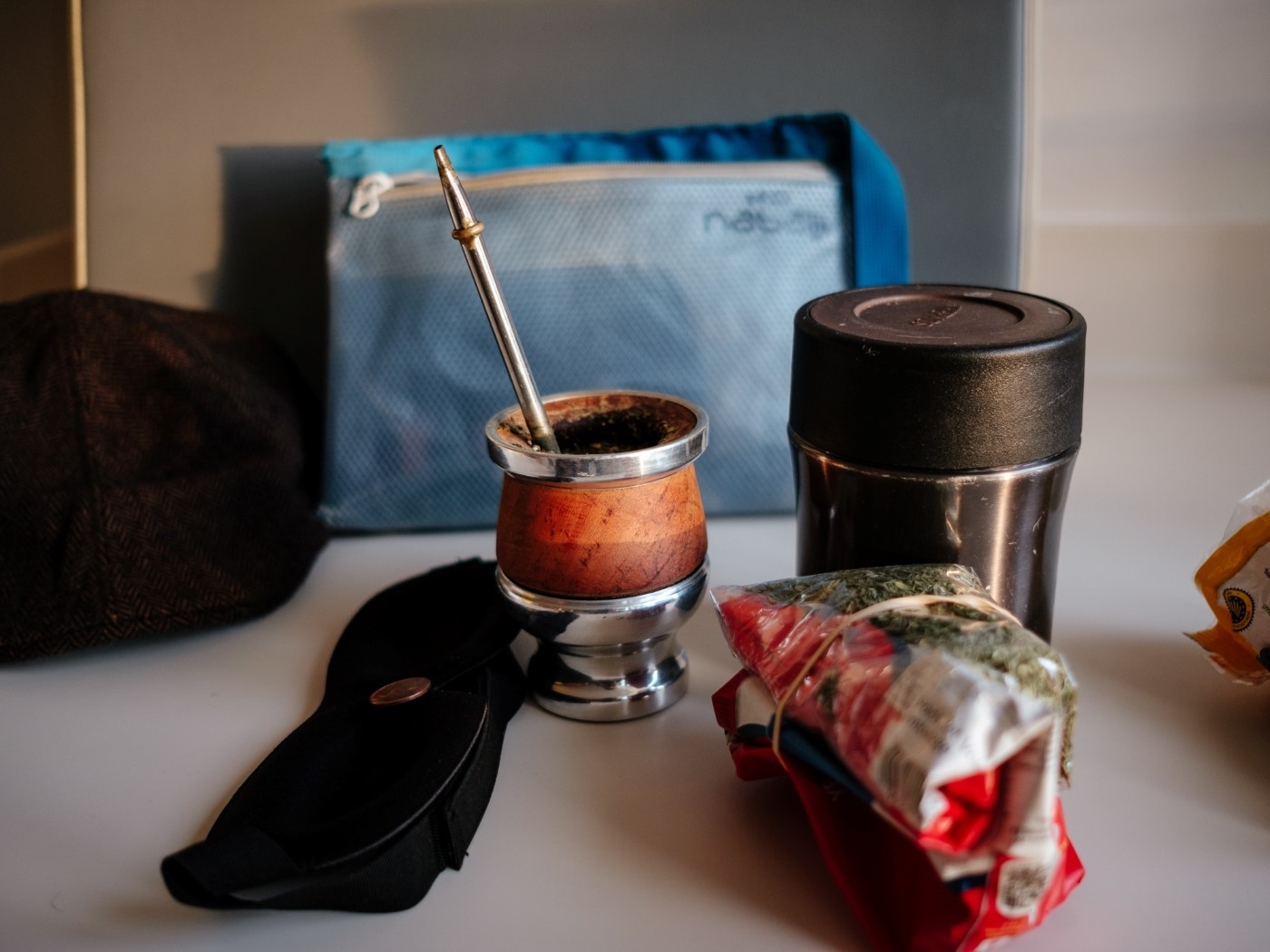 mate – béret – masque d'avion – trousse de toilette