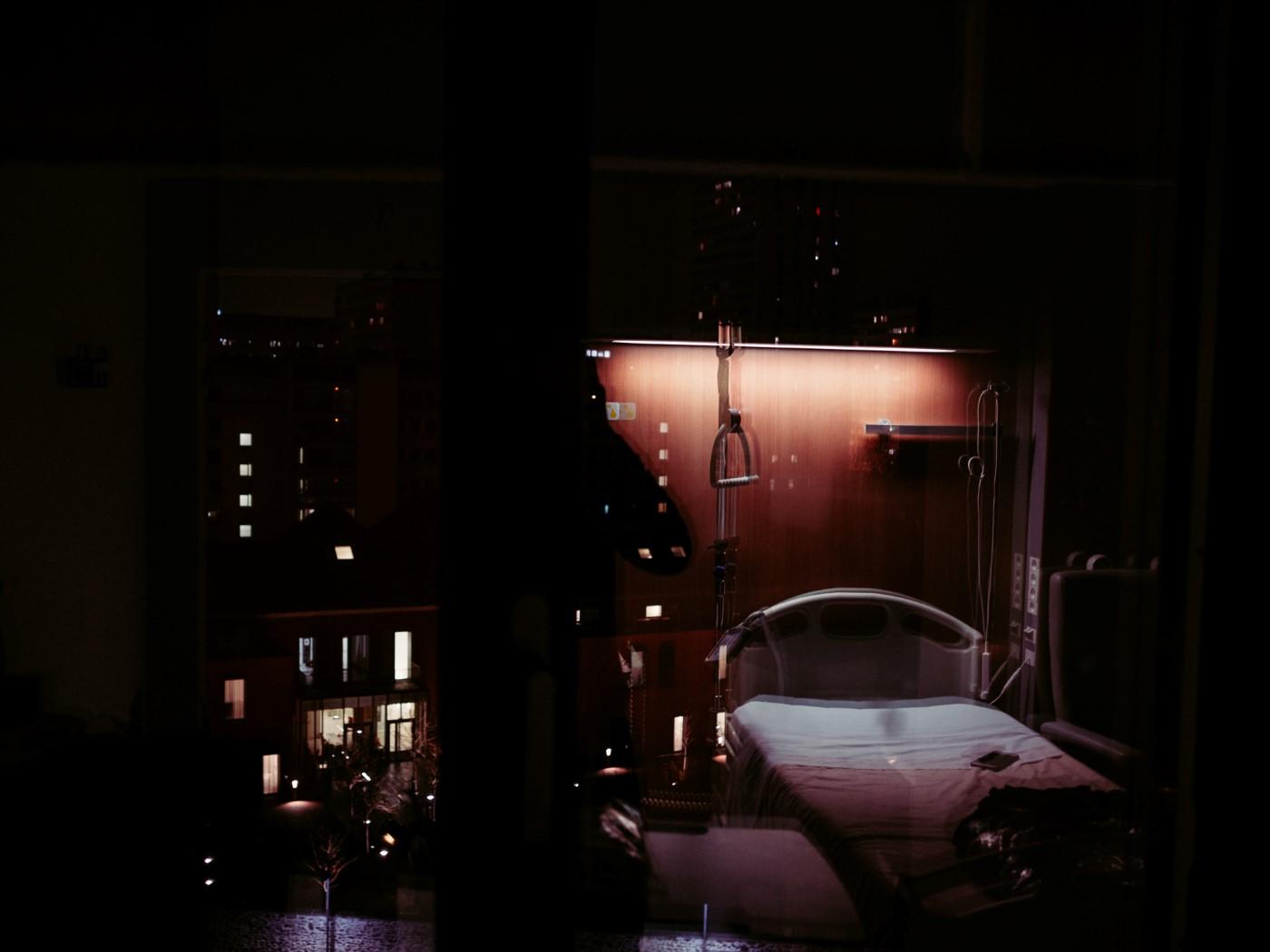 Reflet de la chambre sur vue nocturne