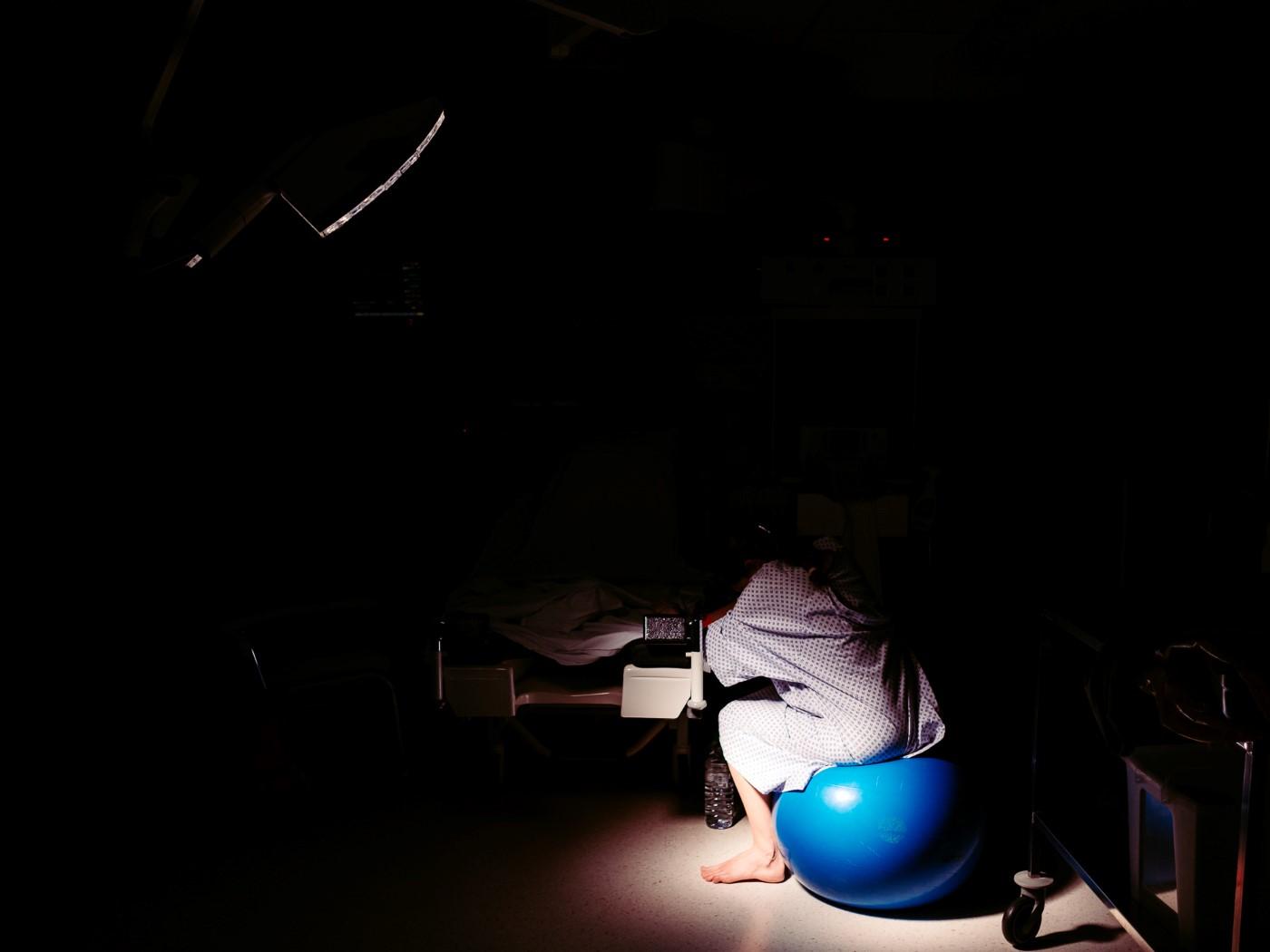 Sous la lumière du projecteur