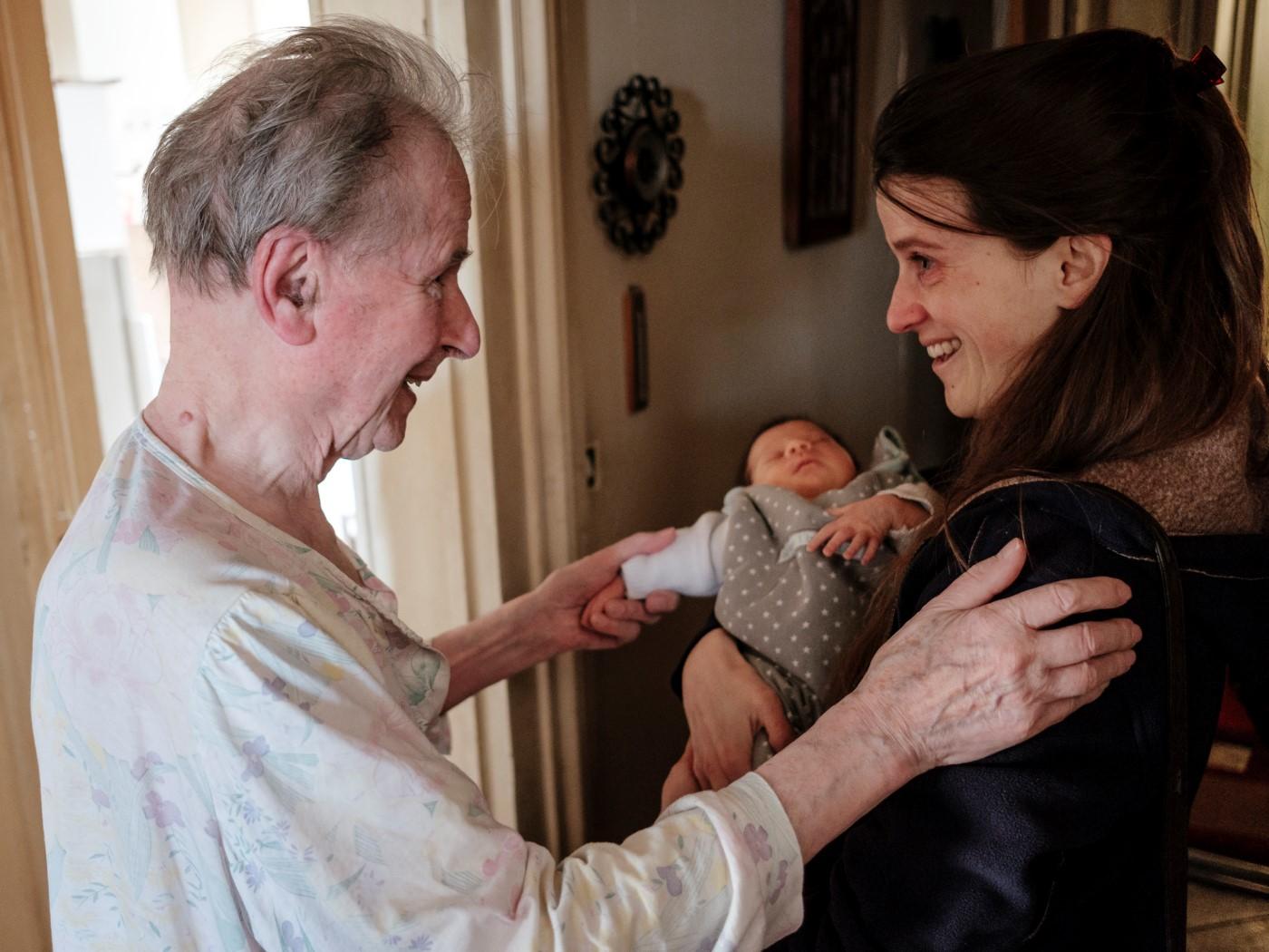 Pierre, le grand-père de Clémence, voit Ariane pour la première fois